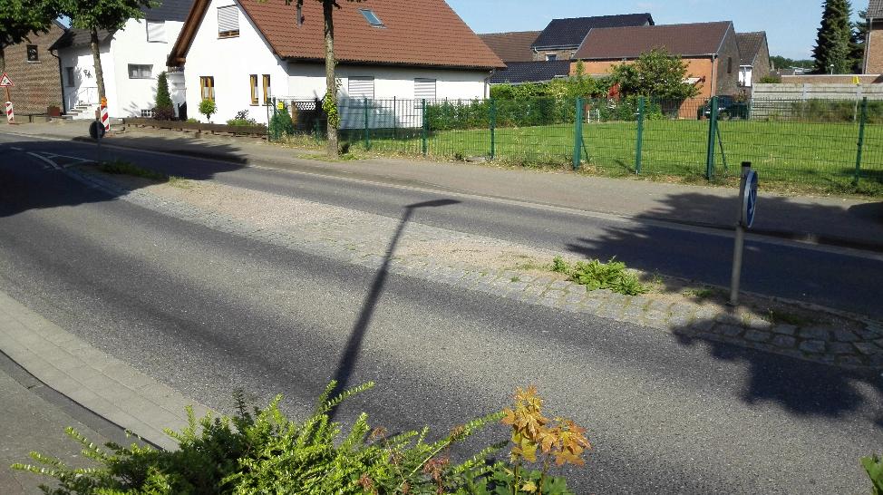 Die Verkehrsinsel Richtung Süchteln an der Bachstraße: Der kleine gepflasterte Teil reicht kaum für einen Kinderwagen