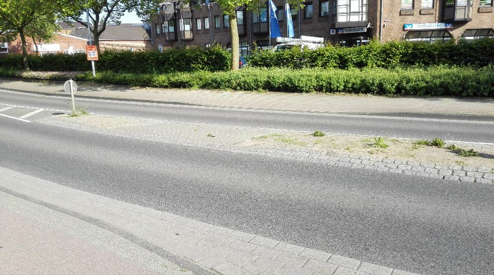 Deutlich breiter und größer ist die Verkehrsinsel an der Kuhstraße.